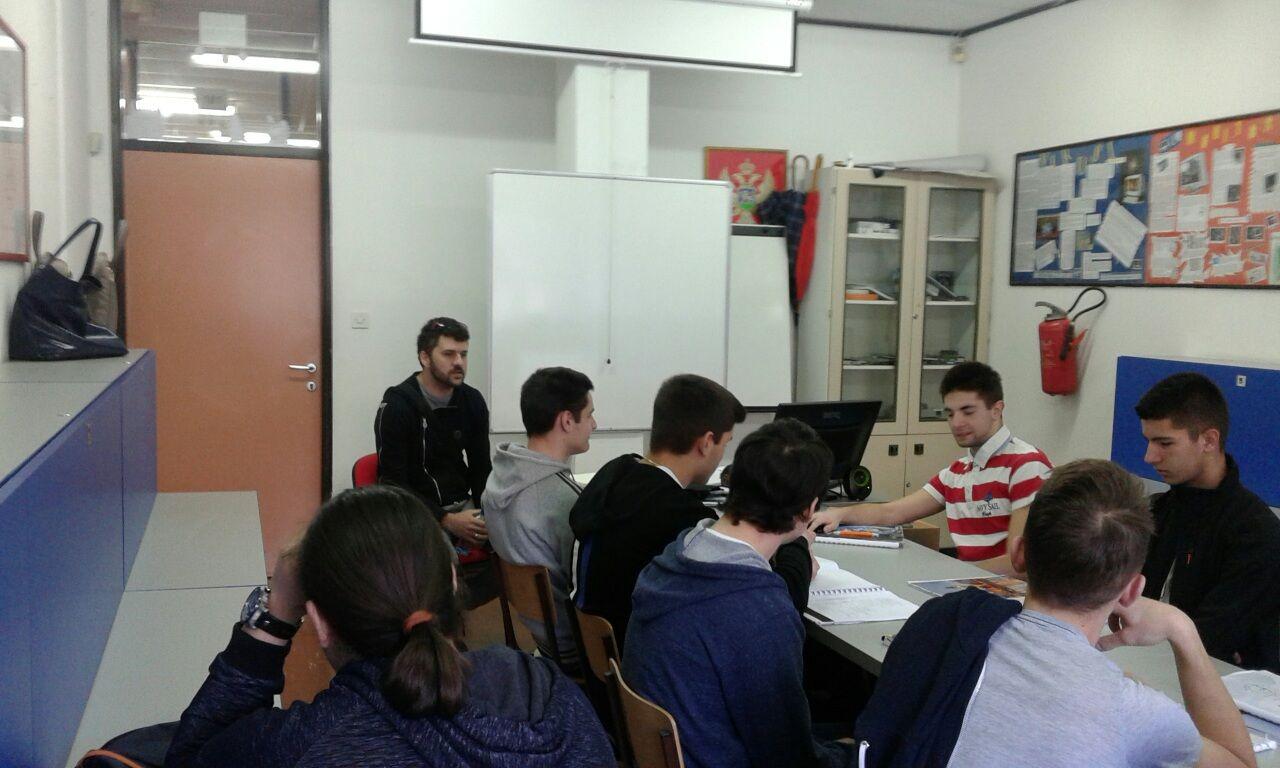 Bozidar Murisic u razgovoru sa ucenicima (1)